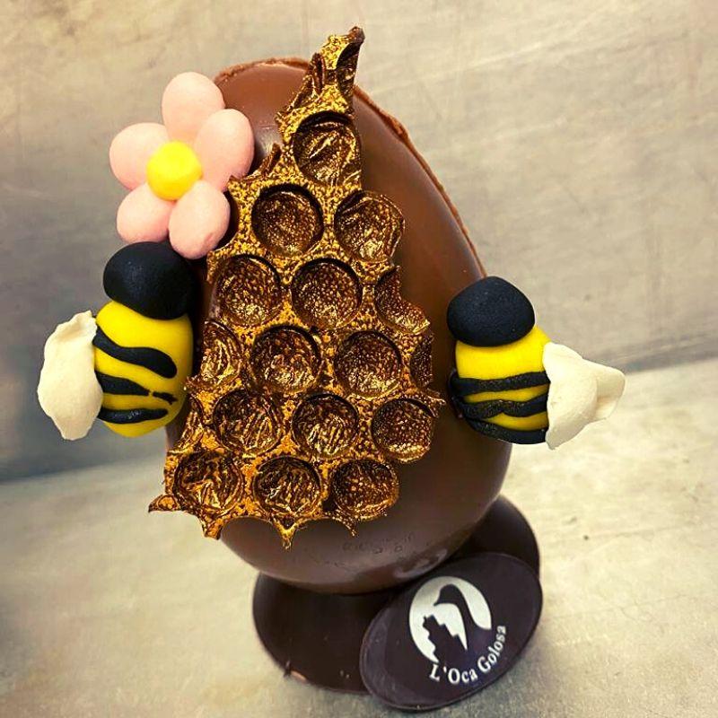 uovo di pasqua decorato con ape api alveare
